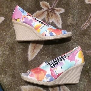 Toms floral canvas wedges
